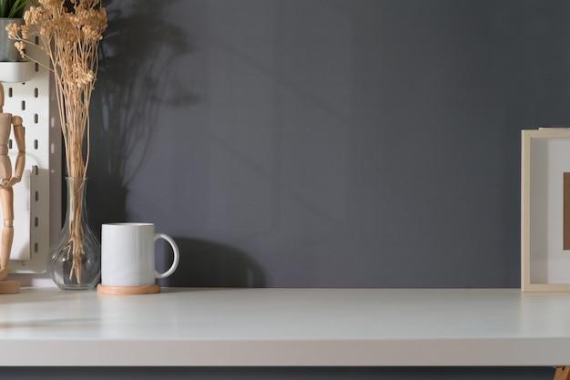 Mur gris et affiche de la maquette de l'espace de travail loft