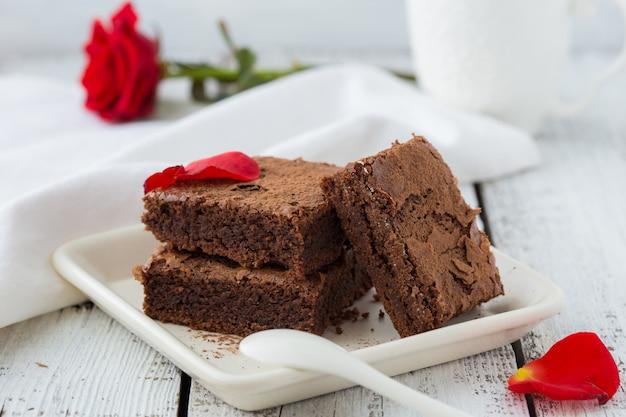 Mur isolé blanc avec chemins de détourage brownies au chocolat noir faits maison et menthe délicieuse douce amère et fudge. le brownie est un type de gâteau au chocolat.