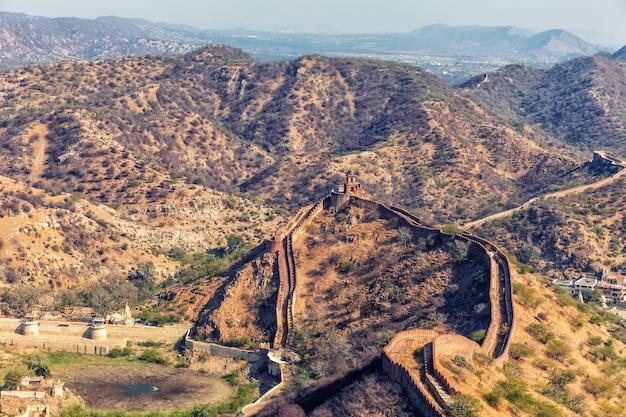 Mur de jaigarh fort dans les collines de jaipur, inde.