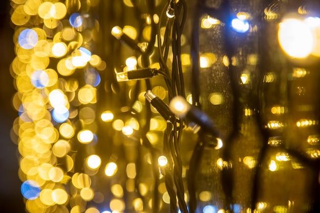 Mur jaune guirlande perspective closeup flou festif toile de fond floue