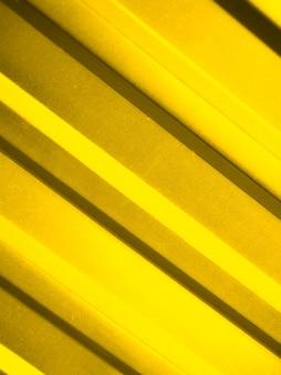 Mur jaune en métal se bouchent. présentation des couleurs de mode 2021.