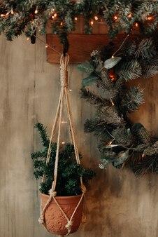 Le mur de la maison est décoré pour les vacances. nouvel an et noël. décoration