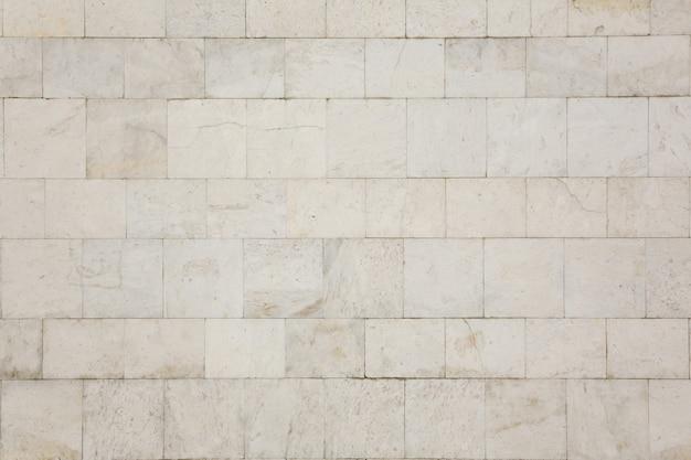 Le mur de la maison est recouvert de carreaux de marbre blanc