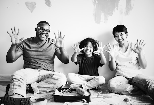 Mur de maison de peinture familiale noire