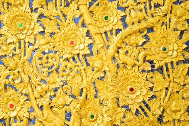 Le mur d'or rayé de thaïlande dans le temple thaïlandais