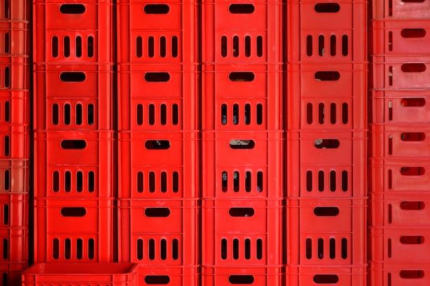 Mur de paniers en plastique rouge