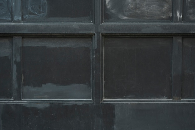 Mur avec des panneaux noirs