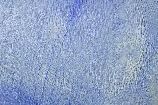 Mur peint en bleu et blanc