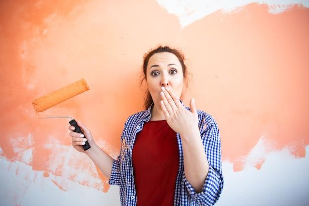 Mur de peinture drôle jeune femme dans son nouvel appartement