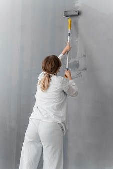 Mur de peinture femme coup moyen