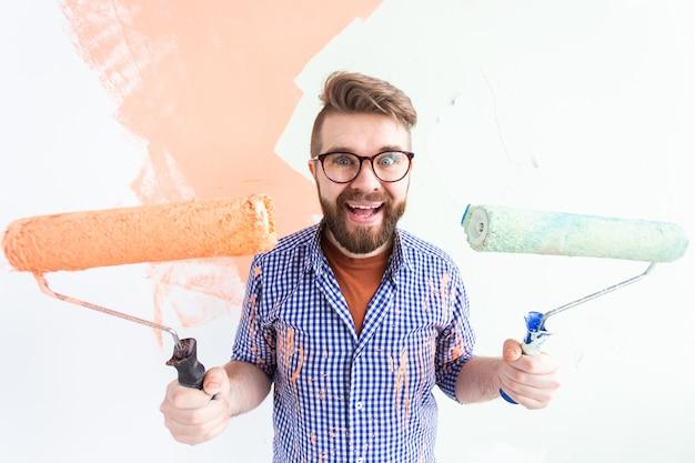 Mur de peinture homme drôle dans son nouvel appartement