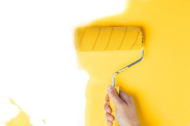 Mur de peinture à la main de couleur jaune