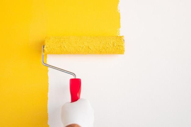 Mur de peinture à la main avec rouleau