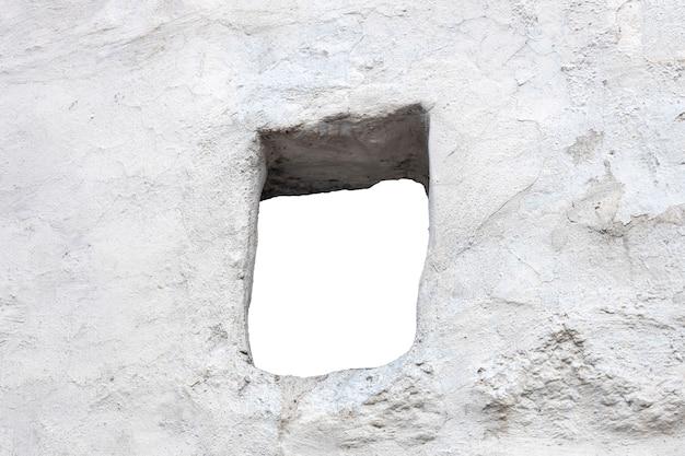 Mur en pierre blanche avec un trou au milieu. isolé sur fond blanc. fenêtre dans le mur. photo de haute qualité