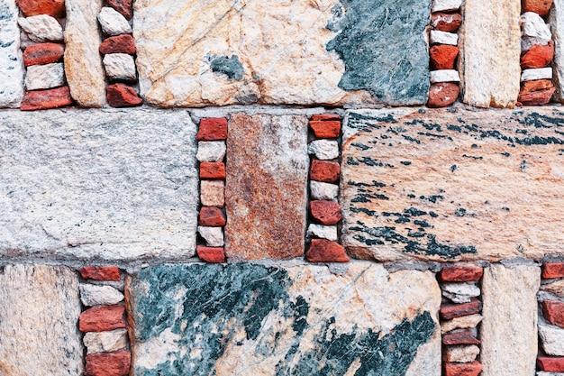 Mur de pierre grise antique encadré par la brique rouge, maçonnerie turque.