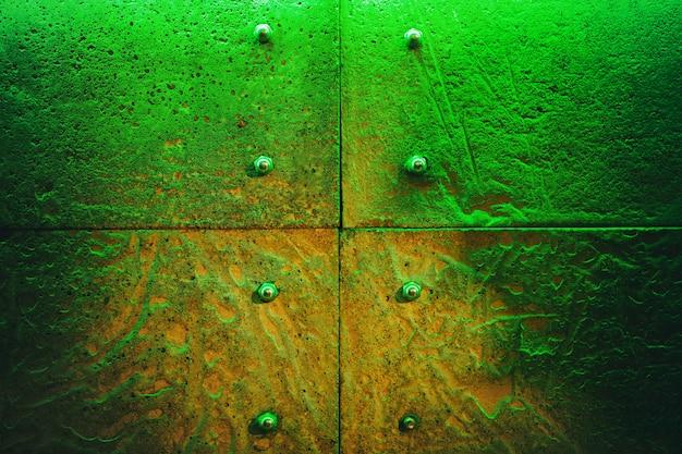 Mur de pierre en lumière verte