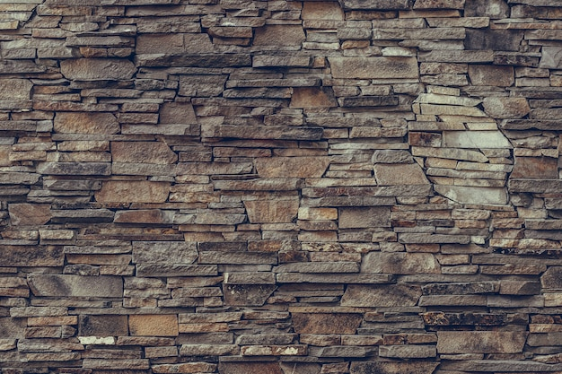 Mur en pierre marron, façade en granit.