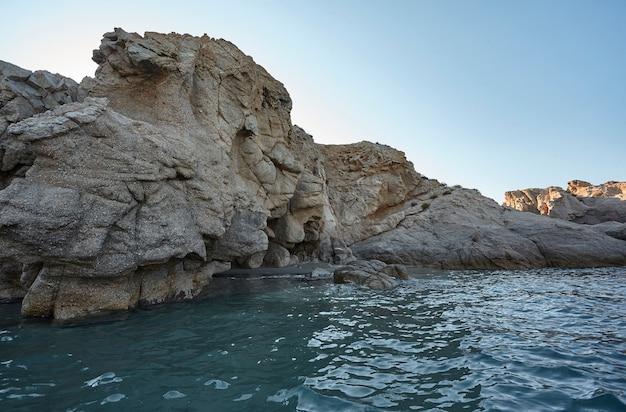 Mur de pierre naturelle géant surplombant la mer