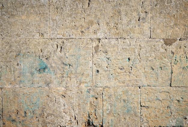 Mur de pierres rectangulaires jaunes avec du ciment