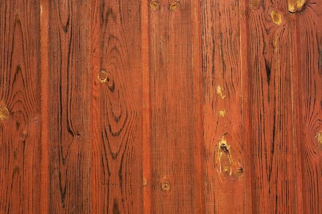 Un mur de planches de bois peintes en arrière-plan.