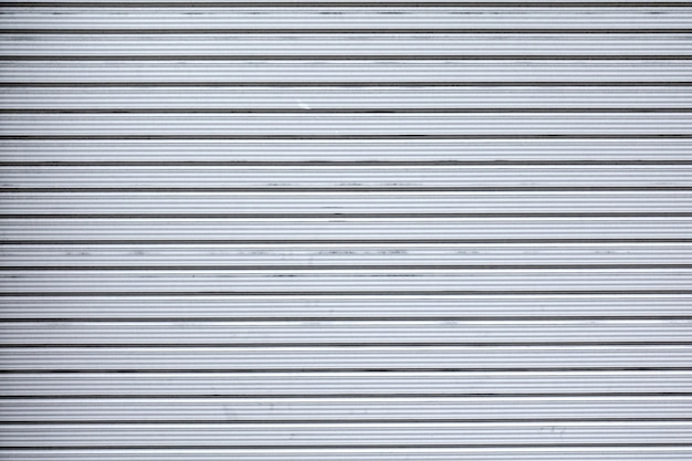 Mur de porte en métal du magasin de détail gris fermé.