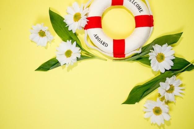 Mur de printemps ou d'été avec espace de copie pour les camomilles et les pétales de texte, fleur blanche avec coeur jaune