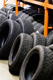 Mur de roues de voiture en alliage et pneus pneumatiques en magasin. stockage de roue saisonnier