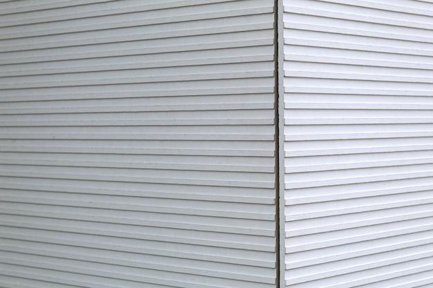 Mur de rue avec bois, mur blanc, fond, gros plan, coin de mur, fond de texture