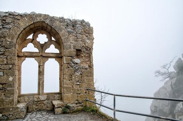 Mur en ruine au château de saint hilarion dans le nord de chypre