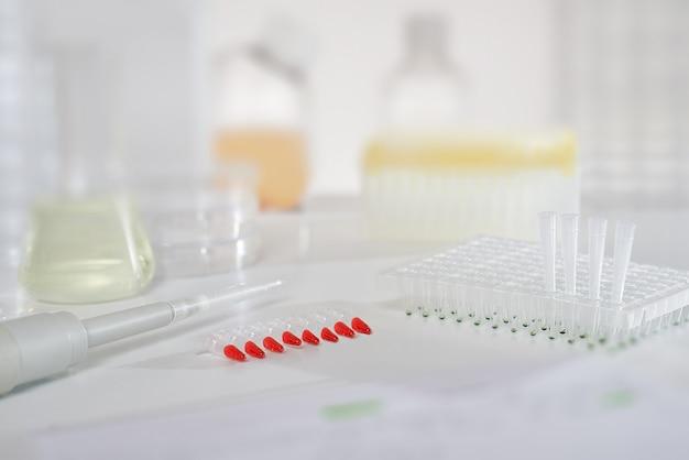 Mur scientifique avec des tubes pcr rouges pour l'analyse d'adn