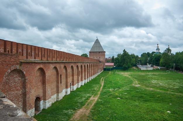 Mur sud trois tours de smolensk kremlin, smolensk, russie.