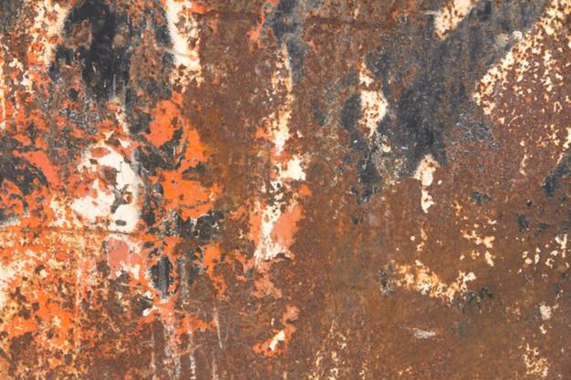 Mur avec des taches brunes