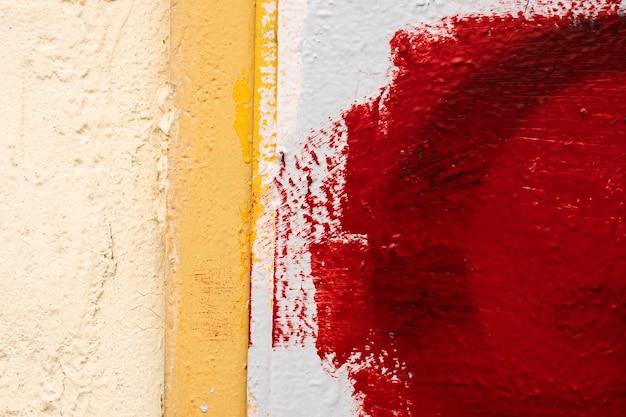 Mur de texture, peinture goutte à goutte, mastic, mur rouge-blanc