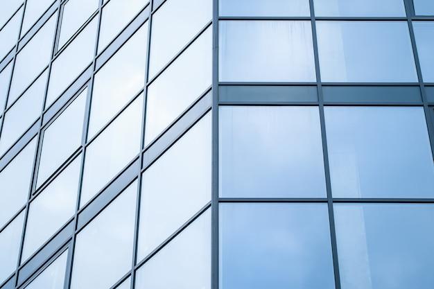 Mur de verre bleu de gratte-ciel, bâtiment moderne, texture de fenêtres. motif abstrait géométrique. surface en acier architectural, arrière-plan. fragment de structure de réflexion en métal urbain. centre d'affaires.