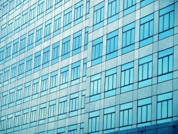 Mur de verre avec fenêtres ouvertes