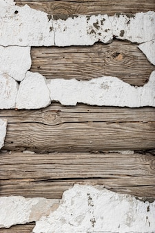 Mur d'une vieille maison en rondins. argile et bois. lattes de bois. stuc ancien. fond et texture grunge. concept pour le design et l'intérieur.
