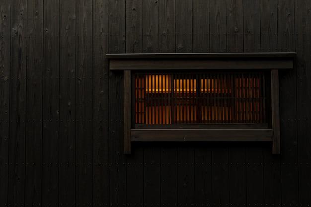 Le mur de la vieille maison de stye japonaise avec fenêtre et lumière intérieure. ville patrimoniale au japon
