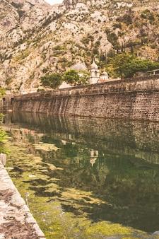 Mur de la vieille ville monténégrine de kotor
