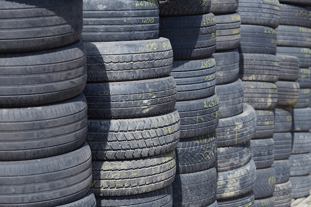 Un mur de vieux pneus de voiture