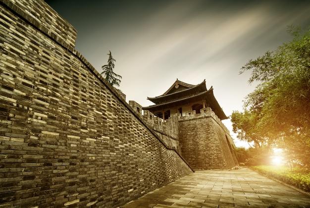 Mur de la ville antique avec une vue du coucher du soleil