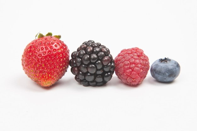 Mûre, framboise, myrtille et fraise. vitamines et aliments sains