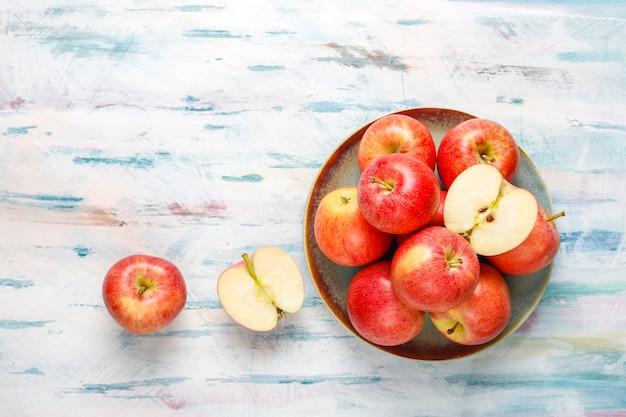 Mûres délicieuses pommes rouges biologiques.