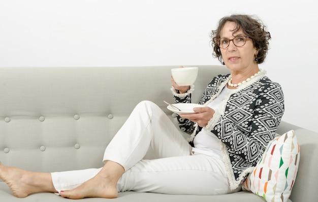 Mûrir, femme, boire, thé, sofa