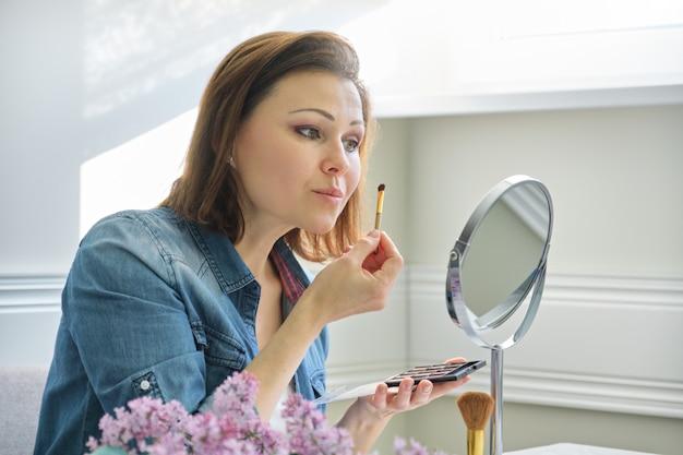 Mûrir, femme, regarder, elle, figure, miroir, maquillage