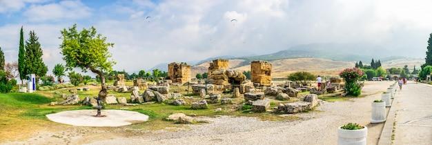 Murs de l'ancienne ville de hiérapolis à pamukkale, turquie