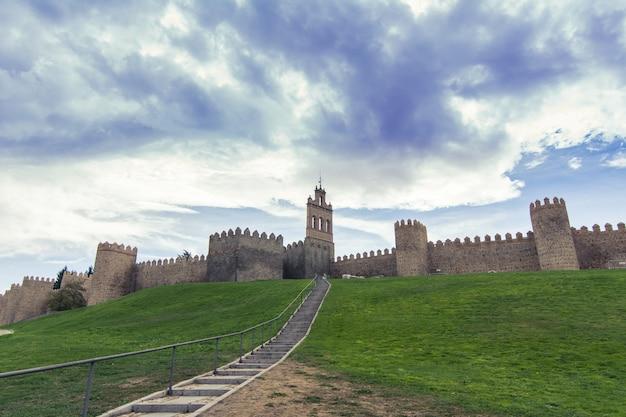 Murs d'avila, cité médiévale fortifiée en espagne