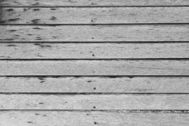Les murs de bois faits de bois scié sont des murs et des clous à tenir