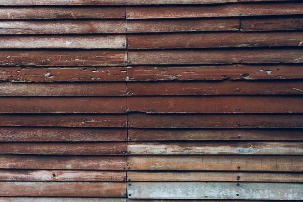 Les murs en bois faits de bois scié viennent comme des murs et des clous à tenir. maison populaire