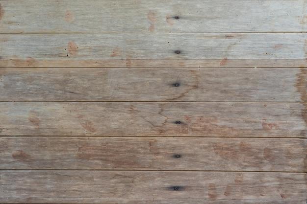 Les murs en bois faits de bois scié viennent comme murs et clous à tenir.