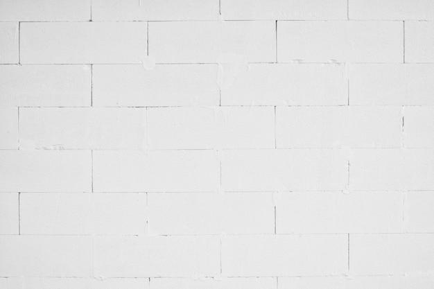 Les murs de briques sont peints en blanc et non en plâtre pour les détails intérieurs